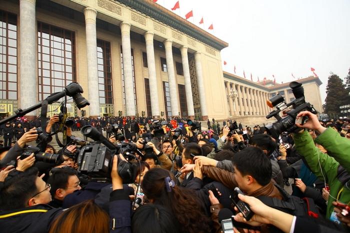 Журналисты берут интервью у депутатов возле «Дома народных собраний». Пекин. Март 2016 года. Фото: ChinaFotoPress/Getty Images