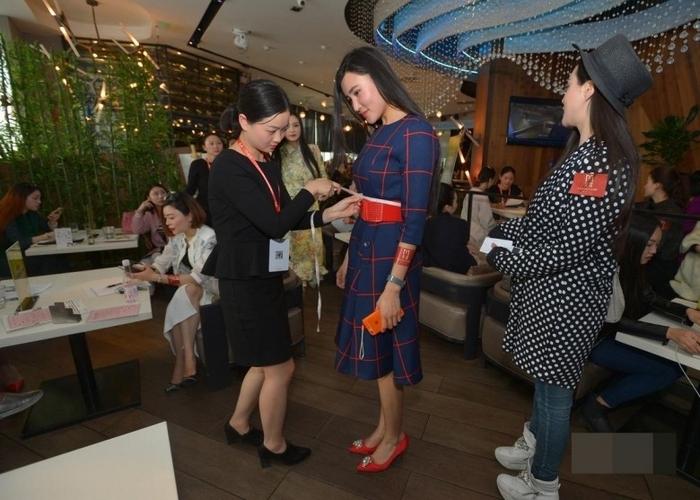 Очередной этап отбора девушек, претендующих на брак с миллионером. Город Чэнду провинции Сычуань. Март 2016 года. Фото: epochtimes.com