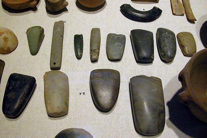 Неолитические артефакты: браслеты, топорища, резцы, орудия для шлифования. Фото: commons.wikimedia.org/CC BY-SA 2.5