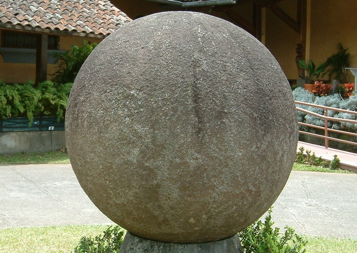 Каменная сфера во дворике Национального музея Коста-Рики. Фото: ru.wikipedia.org/CC BY-SA 3.0