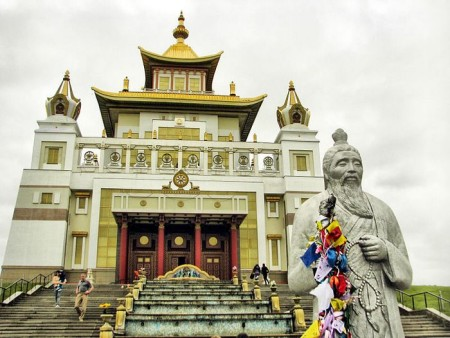 Золотая обитель Будды Шакьямуни и статуя Белого старца.Элиста, Калмыкия. Фото: Oleg-Акамацу / commons.wikimedia.org/CC BY-SA 3.0