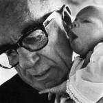 «Уважайте детей, они ведь люди и тоже достойны уважения».  Бенджамин Маклэйн Спок — известный американский педиатр, автор книги «Ребёнок и уход за ним», изданной в 1946 году и ставшей одним из крупнейших бестселлеров в истории США.  Фото: public domain/wikipedia