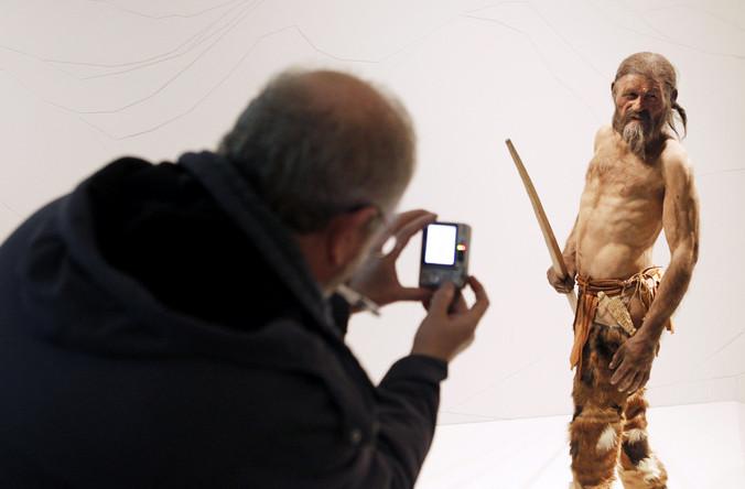 Мужчина фотографирует 3D модель тирольской мумии. Фото: Andrea Solero/AFP/Getty Images