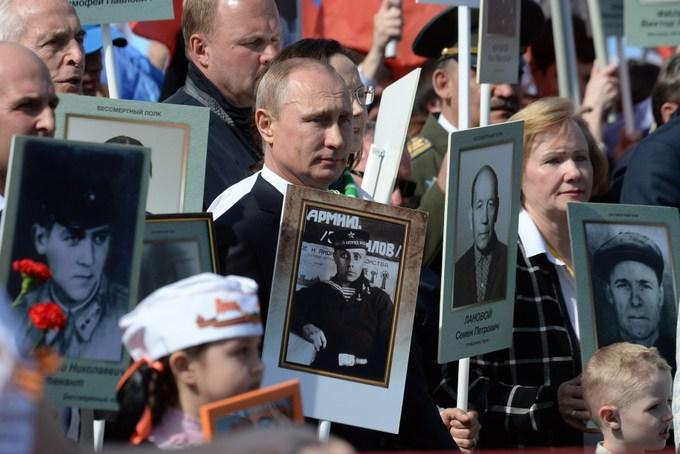 В прошлом году в акции принял участие президент России Владимир Путин, который нёс фото своего отца. VASILY MAXIMOV/AFP/Getty Images