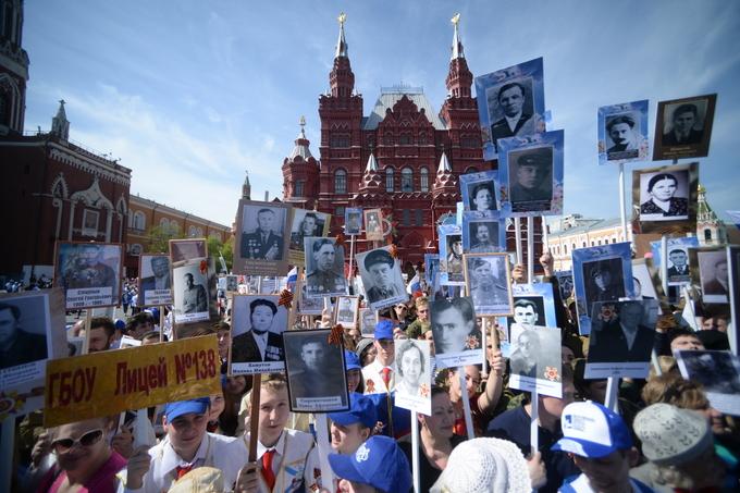 В прошлом году парад «Бессмертный полк» впервые прошёл по Красной площади. Фото: Host photo agency / RIA Novosti via Getty Images