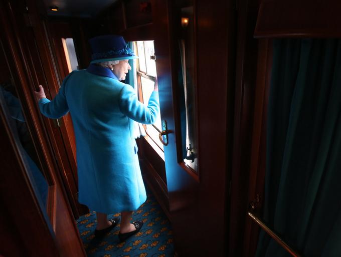 Елизавета II путешествует на поезде. Фото: Andrew Milligan - WPA Pool/Getty Images