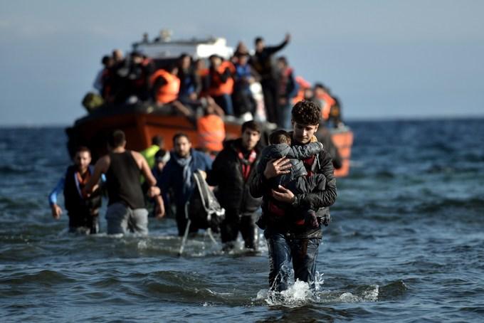 Мигранты приплывают на Лесбос из Турции через Эгейское море. Фото: ARIS MESSINIS/AFP/Getty Images