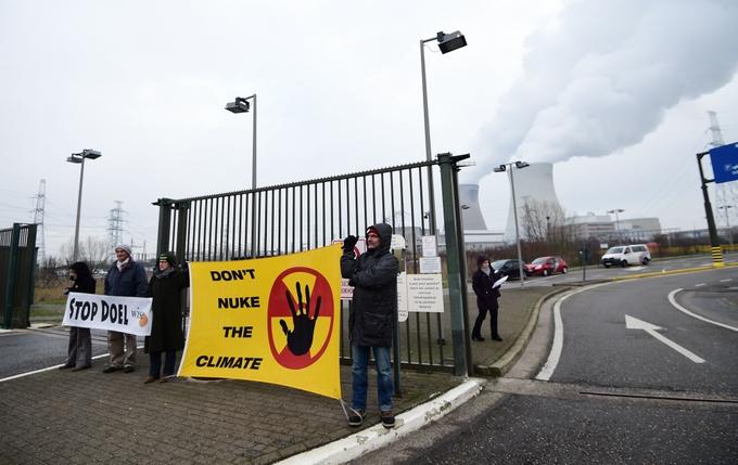 Протестующие призывают остановить работу АЭС «Дул». Фото: EMMANUEL DUNAND/AFP/Getty Images