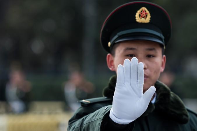 Охранник стоит у Дома народных собраний в Пекине во время Всекитайского собрания народных представителей 6 марта. Китайские власти недавно заявили о создании ассоциации кибербезопасности Китая, которая поможет расширить влияние над мировым Интернетом. Фото: Johannes Eisele/AFP/Getty Images