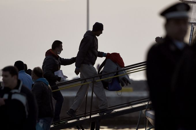 Греция депортирует мигрантов в Турцию. Фото: ARIS MESSINIS/AFP/Getty Images