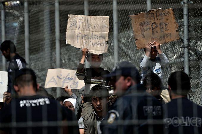 Беженцы протестуют против депортации из Греции в Турцию. Фото: ARIS MESSINIS/AFP/Getty Images