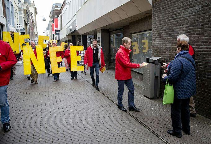 Активисты агитируют голосовать на референдуме. Фото: BART MAAT/AFP/Getty Images