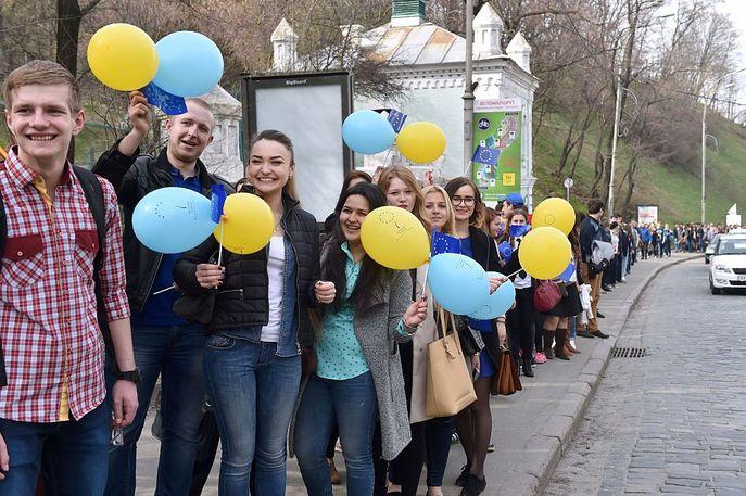 Украинские студенты организовали живую цепь из голландского посольства в Европейской площади в Киеве, чтобы призвать народ Нидерландов поддержать Украину в ходе референдума. Фото: SERGEI SUPINSKY/AFP/Getty Images