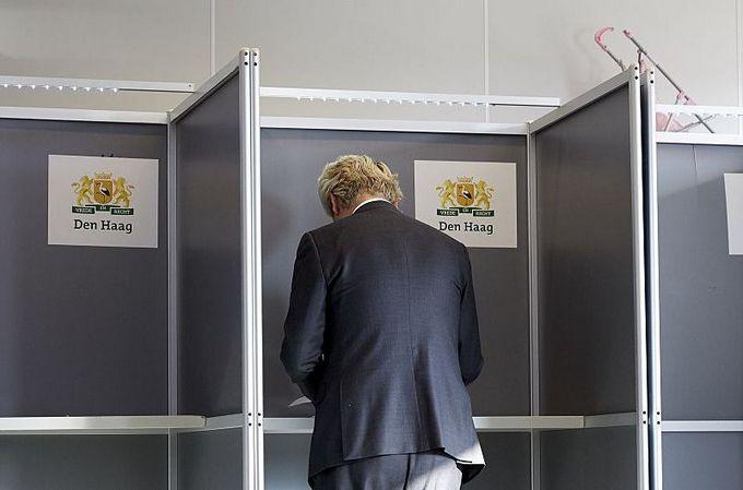 Лидер голландской партии правых ПВВ Герта Вилдерса голосует на референдуме в Гааге. Фото: MARTIJN BEEKMAN/AFP/Getty Images