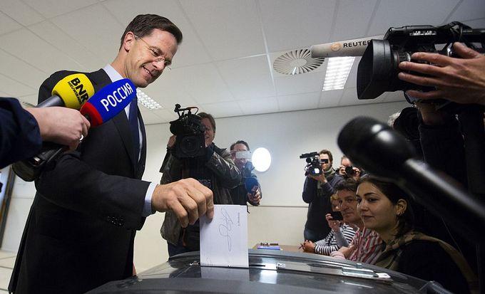 Премьер-министр Нидерландов Марк Рютте голосует на референдуме о ратификации соглашения об ассоциации между Украиной и ЕС. Фото: BART MAAT/AFP/Getty Images
