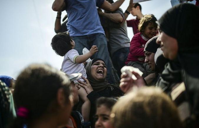 Мигранты протестуют против депортации в Турцию. Фото: BULENT KILIC/AFP/Getty Images