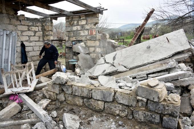 Развалины пострадавшего от обстрелов дома в селе Талыш, находящегося в 80 км от Степанакерта, столицы Нагорного Карабаха. Фото: KAREN MINASYAN/AFP/Getty Images