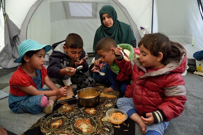 Дети принимают пищу в лагере для беженцев. Фото:  DANIEL MIHAILESCU/AFP/Getty Images