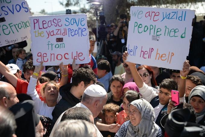 Мигранты просят помощи у Папы Римского Франциска, посетившего остров 16 апреля. Фото: FILIPPO MONTEFORTE/AFP/Getty Images