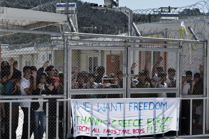 Тысячи мигрантов на острове Лесбос ждут своей отправки в Турцию. Фото: ARIS MESSINIS/AFP/Getty Images)