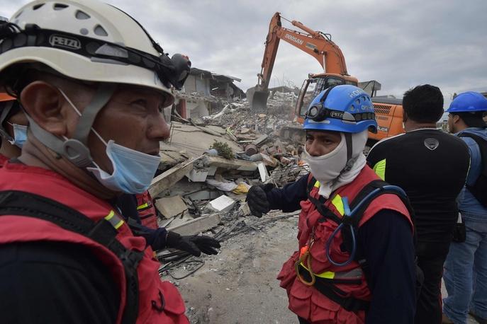 Спасатели ведут поиск выживших. Фото: RODRIGO BUENDIA/AFP/Getty Images