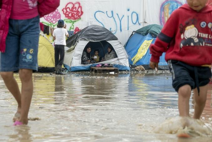 Во многих лагерях для беженцев ужасные условия жизни. Фото: JOE KLAMAR/AFP/Getty Images