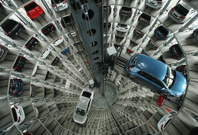 Новые легковые автомобили немецкого автоконцерна Volkswagen AG ждут  своих будущих хозяев в одной из башен-близнецов  завода Volkswagen в день ежегодной пресс-конференции 28 апреля 2016 года в Вольфсбурге, Германия. Фото: Sean Gallup/Getty Images