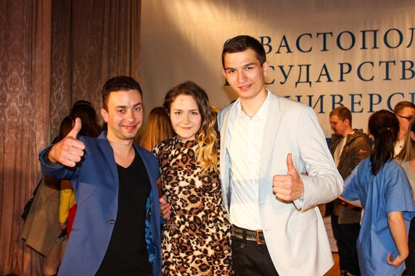 Ведущий Игорь Симдянкин (слева), Владимир Рудомётов, «Рыцарь» (справа). Фото: Алла Лавриненко/Великая Эпоха