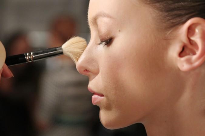 Косметика делает вас привлекательнее, но может причинить вред. Фото: Mireya Acierto/Getty Images