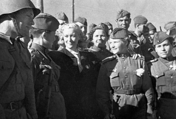 Любовь Орлова провожает солдат на фронт. Фото: RIA Novosti archive, image #63047/S. Kulishov/CC-BY-SA 3.0