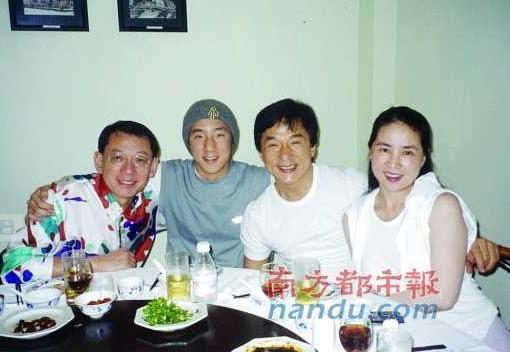 Джеки Чан, его супруга и сын обедают с руководителем Empire Group Альбертом Йеном. Фото: Internet Photo
