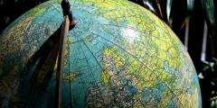 Северный полюс смещается на восток