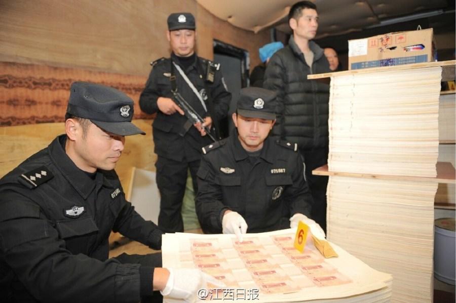 Милиция обнаружила подпольный цех по изготовлению фальшивых юаней. Провинция Цзянси. Январь 2016 года. Фото: Цзянси жибао