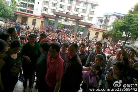 Протесты местных жителей против строительства завода по переработке токсичных отходов. Уезд Уси провинции Фуцзянь. Апрель 2016 года. Фото с weibo.com