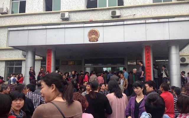 Китайцы протестуют против намерений чиновников продолжать загрязнять окружающую среду