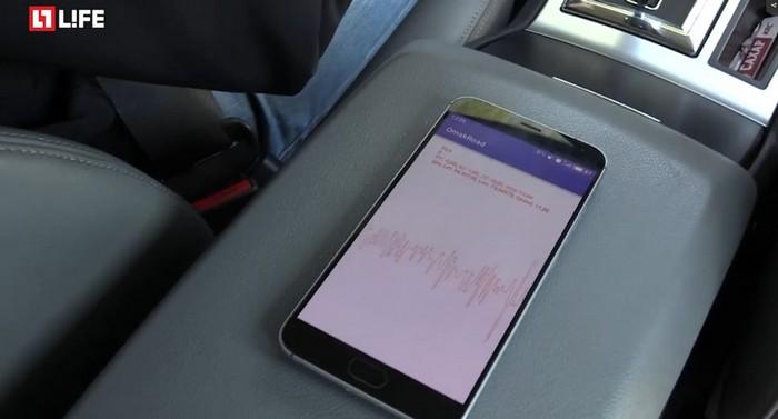 Смартфон с приложением Omskroad. Скриншот: life.ru