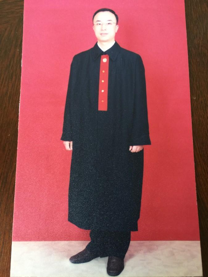 Чжун Цзиньхуа в одежде судьи. Фото: Courtesy of Zhong Jinhua