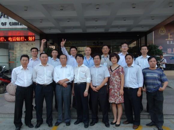 Чжун Цзиньхуа (на заднем плане в центре) с другими юристами и правозащитниками, поддержавшими дело Бэйхай в конце 2011 г. Фото: Courtesy of Zhong Jinhua