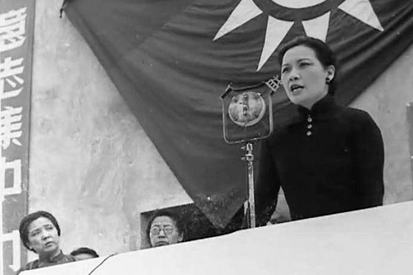 8 августа 1939 года Сун Мэйлин осудила Гитлера за склонение эмиссара Гэ Нина к капитуляции Китая. Её слова о том, что Китай ни за что не покорится Японии, глубоко тронули людей. На фото Сун Мэйлин выступает с этой речью. Фото: Общественное достояние