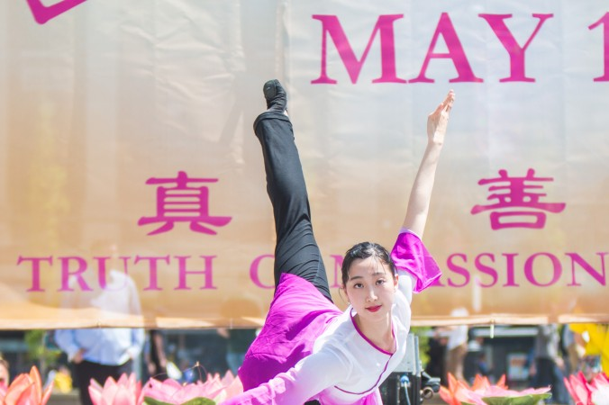 Cиси Ма участвует в праздновании Всемирного дня Фалунь Дафа на площади Юнион-Сквер в Нью-Йорке, 12 мая 2016 года. Фото: Youzhi Ма/Epoch Times