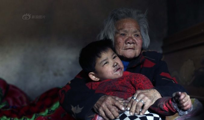 Китайские дети, оставленные на престарелую бабушку, выросли немыми
