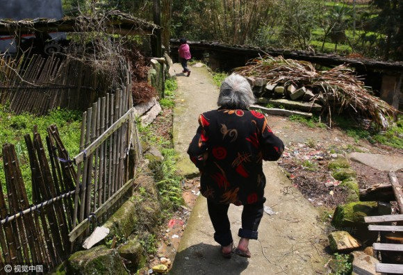 Иногда Цинь удаётся отвязаться от окна, и она убегает. В таких случаях бабушке приходится просить помощь у сельских жителей, чтобы найти девочку.