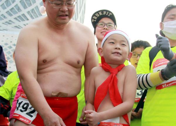 Хэ Лишэн и его сын участвуют в марафоне в Нанкине. Фото: The Paper