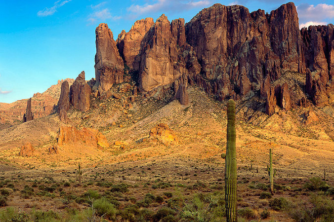 Восточная сторона Горы суеверия, Аризона. Фото: Public Domain