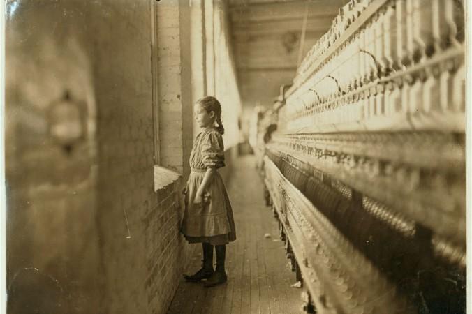 Маленькая работница смотрит в окно на внешний мир, 1908 г. Северная Каролина, ноябрь 1908 г. Фото: L.W. Hine/LOC