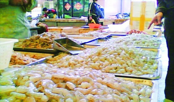 Креветки, замоченные в химикате, приобретают более аппетитный и свежий вид и легче чистятся. Фото: via Bandao Metropolis Daily