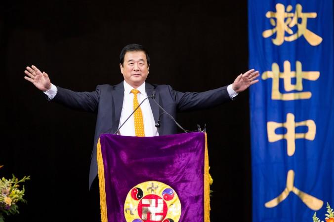 Мастер Ли Хунчжи, основатель Фалунь Дафа, выступил перед 10 000 последователей на конференции по обмену опытом в Нью-Йорке в центре Беркли в Бруклине 15 мая 2016 г. Фото: Larry Dye/Epoch Times