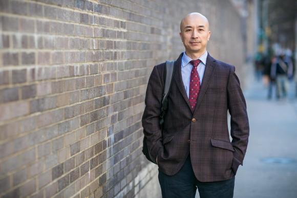 Он написал в мироблоге Sina Weibo, что необходимо отменить запрет на политические партии и свободу прессы. «Я буду первым, кто выйдет из компартии и организует демократические политические партии». Чжун Цзиньхуа, бывший китайский судья и адвокат в Манхэттене 12 апреля 2016 г. Фото: Benjamin Chasteen/Epoch Times