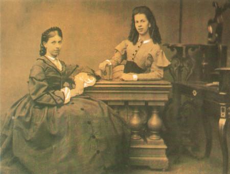Сёстры С. А. Толстая (слева) и Т. А. Берс (справа), 1860-е гг. Фото: public domain/wikipedia