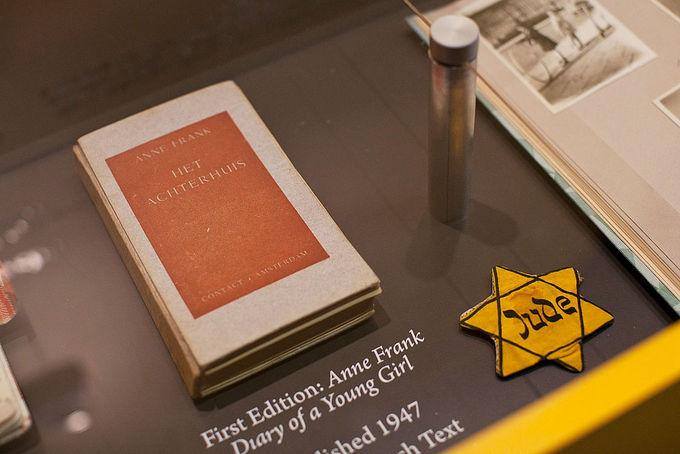 Копия первого издания дневника Анны Франк на выставке в Нью-Йорке. Фото: Andrew Burton/Getty Images
